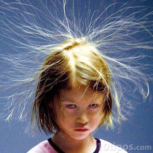 Niña con cabello electrificado