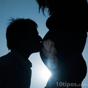 Padre da beso a su bebé que espera