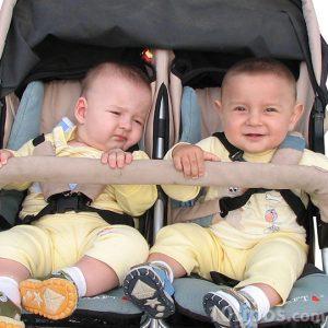 Bebes gemelos sentados uno a lado del otro