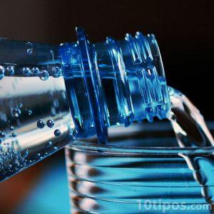 Sirviendo agua en un vaso