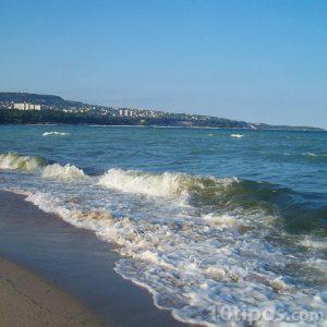 Playa con olas que rompen en la arena