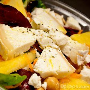 Ensalada con queso, frutas y nuez