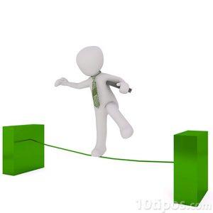 Persona manteniendo el equilibrio sobre una cuerda