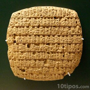 Roca con escritura cuneiforme