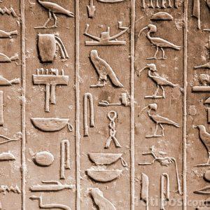 Jeroglíficos tallados en roca