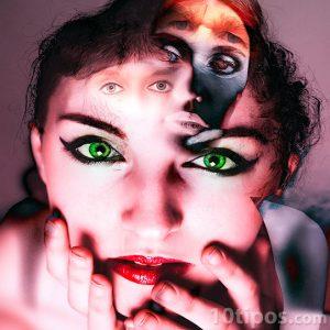 Mujer con varios rostros atormentada