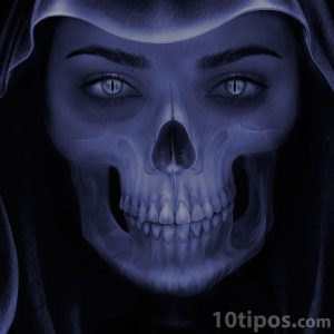 Mujer demonio con boca de calavera