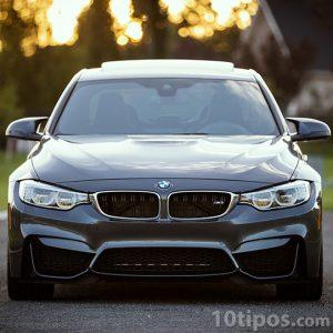Coche BMW de color negro