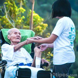 Mujer asistiendo a persona mayor