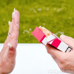 Negando un cigarro