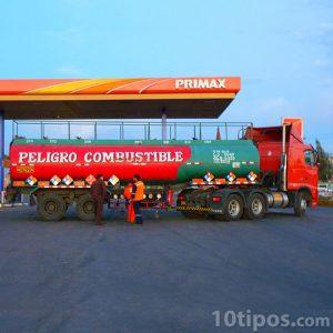 Trailer que transporta una pipa de gasolina