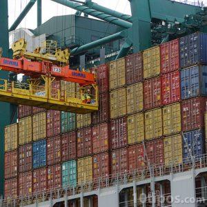 Grua montando contenedores en un barco