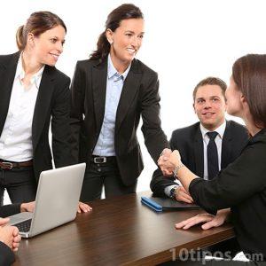 Personas llegando a la reunión de trabajo