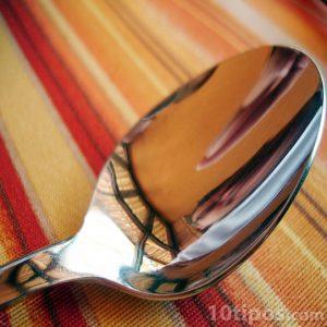 Cuchara de metal con reflejo cóncavo