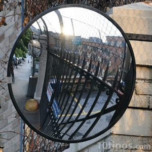 Espejo convexo colgado en pared