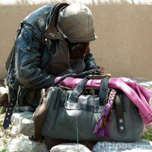 Persona indigente con mochila