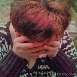 Mujer con mucho dolor de cabeza