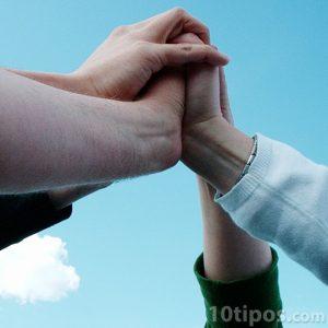 Estrechando manos en signo de confianza