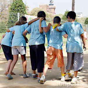 Niños jugando juntos en el colegio