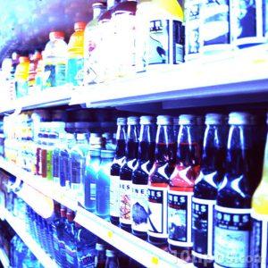 Anaquel de diferentes bebidas