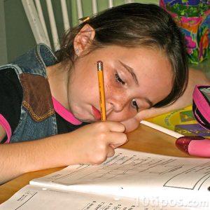 Niña escribiendo en cuaderno