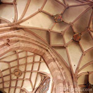 Techo de catedral con escudos heráldicos
