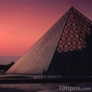 Pirámide hecha de metal y cubierta de cristal