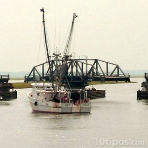 Barco cruzando puente movible
