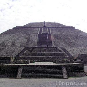 Pirámide hecha de piedra