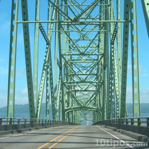 Puente carretero hecho de acero