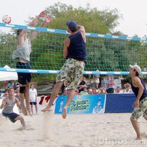 Jóvenes jugando voleibol de playa