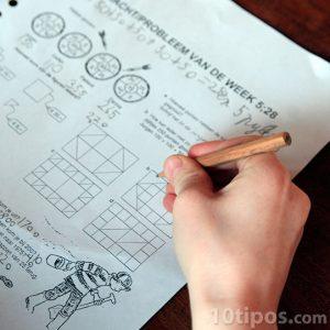 Alumno realizando exámen de matemáticas