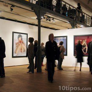 Exposición de fotografía con espectadores