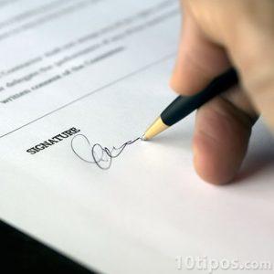 Firma de contrato con pluma negra