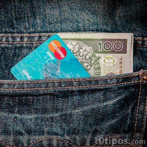 Tarjeta con billete en bolsillo