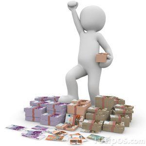 Persona pisando dinero y levantando la mano