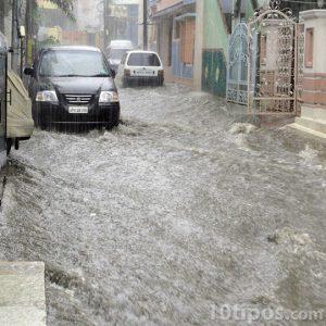 Lluvia intensa en una calle inundada