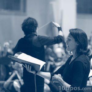 Soprano cantando con la ópera