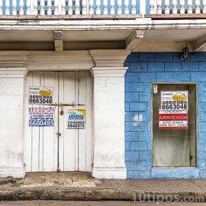 Casa con anuncios de renta y alquiler