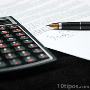 Revisión y firma de contrato