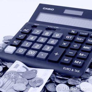 Monedas de diferentes países con calculadora
