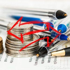 Dinero y plumas con flecha roja