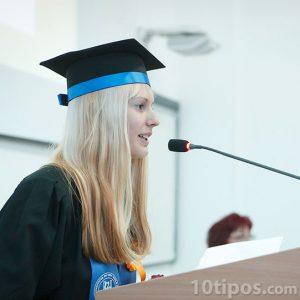Mujer en discurso sobre en su graduación