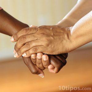 Persona dando soporte a otra con sus manos