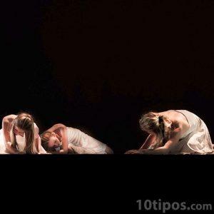 Bailarinas personificando el sufrimiento