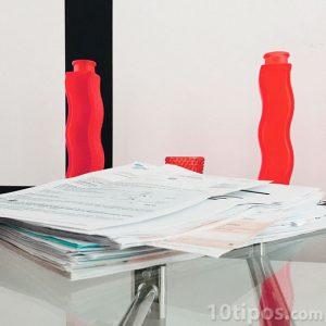 Mesa de oficina con papeles en escritorio