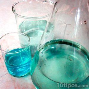 Vasos con sustancias usadas en los laboratorios