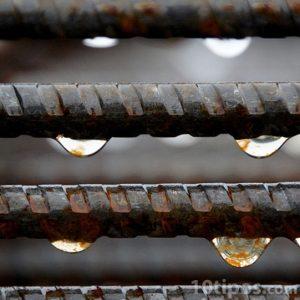 Barillas de acero con gotas de lluvia
