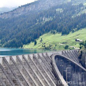 Presa hidroeléctrica que genera electricidad