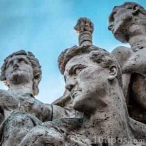 Estatuas heróicas de hombres y mujeres